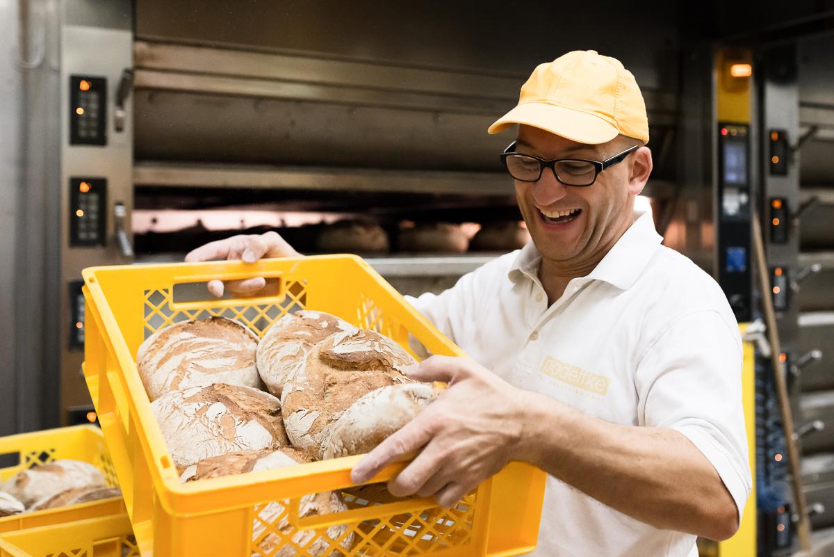 Mitarbeiter der Bäckerei Padeffke mit frischen Broten